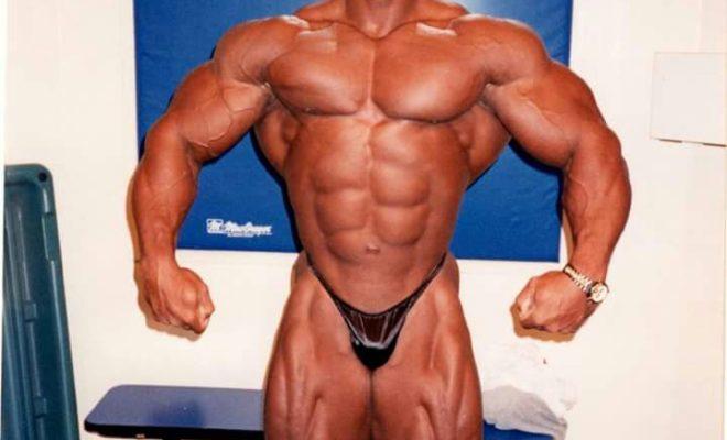 flex wheeler esegue la posa di rilassata frontale nel 1998