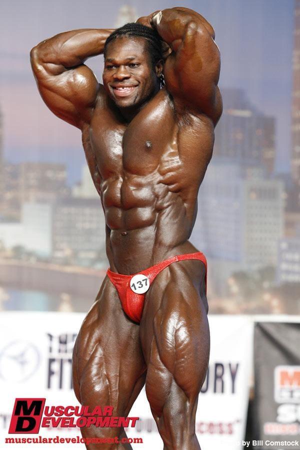 Lionel Beyeke sul palco dell'arnold classic amateur ohio nel 2009 posa di addome e gambe