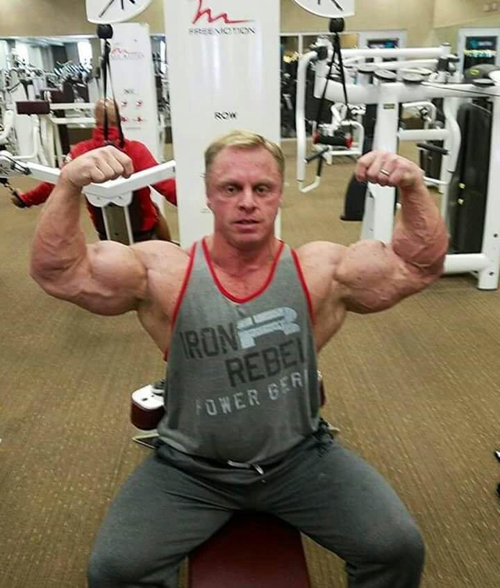john Meadows in offseason in palestra posa di most muscular