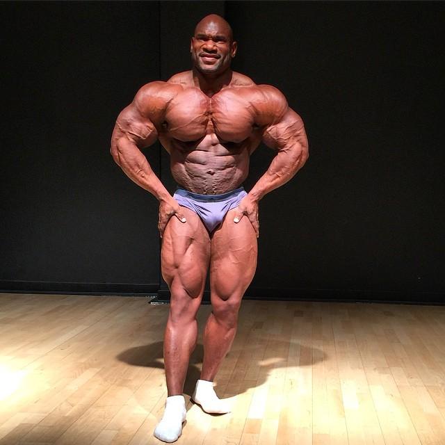 posa di most muscular per fred smalls in palestra dopo un allenamento