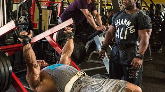 dexter-jackson-pro-ifbb-trains-chest-with-sergio-oliva-jr-pro-ifbb