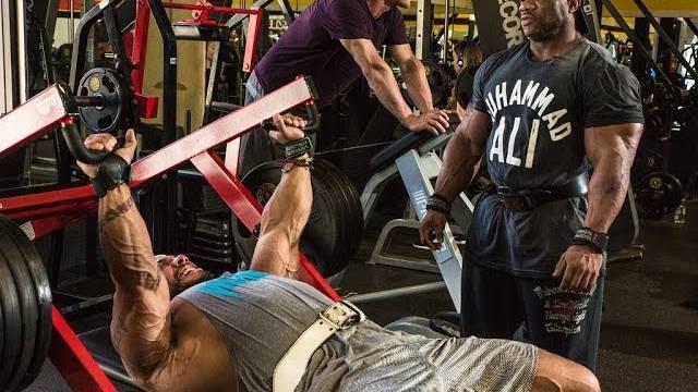dexter jackson allena i pettorali con sergio oliva jr alla gold's gym di venice in california