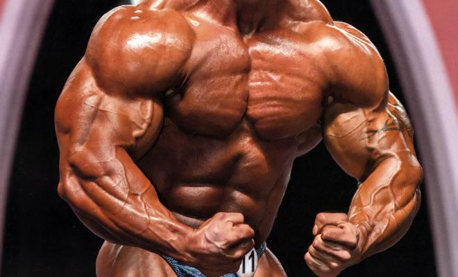 flex lewis posa sul palco del mister olympia most muscular con lingua di fuori alla mike matarazzo