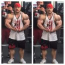 Nicolas Vullioud esegue la posa di most muscular in palestra