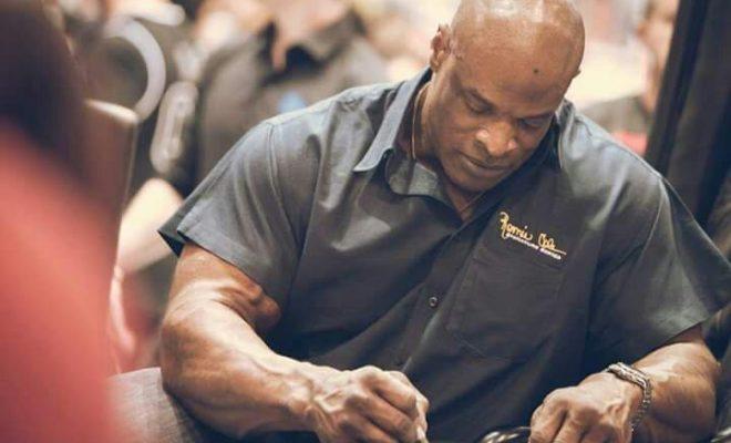 ronnie coleman firma autografi all'expo dell'Arnold Classic in Ohio nel 2017