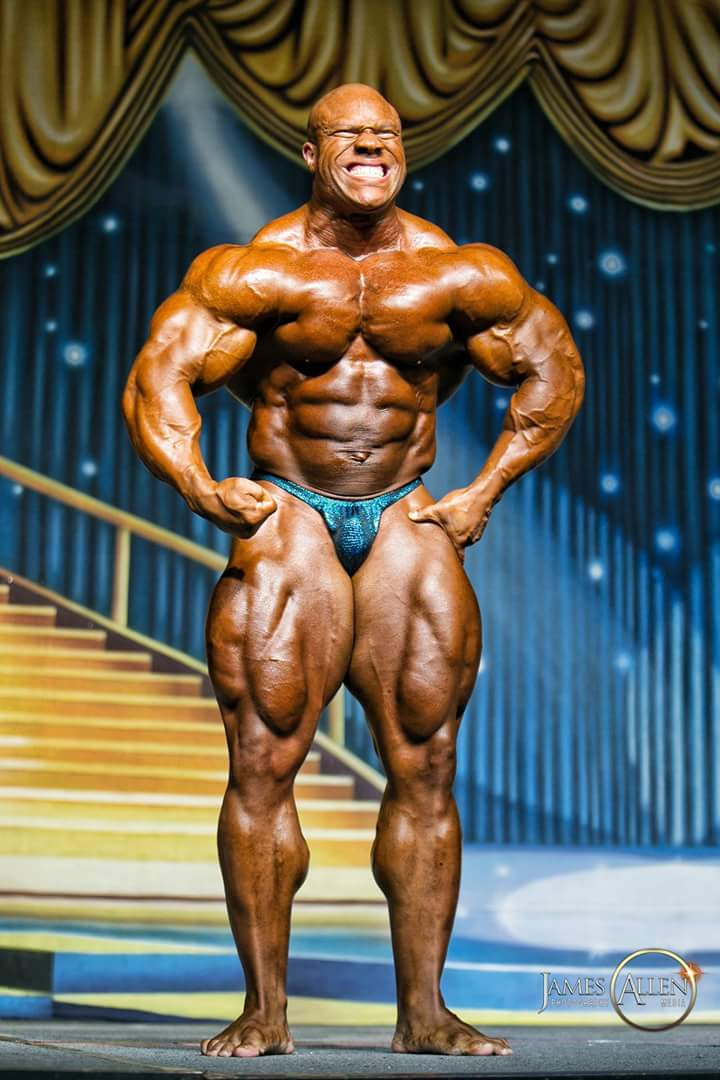 heath esegue la posa di most muscular durante una guest posing