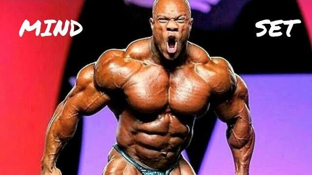 phil heath mr olympia esegue la posa del più muscoloso in palestra