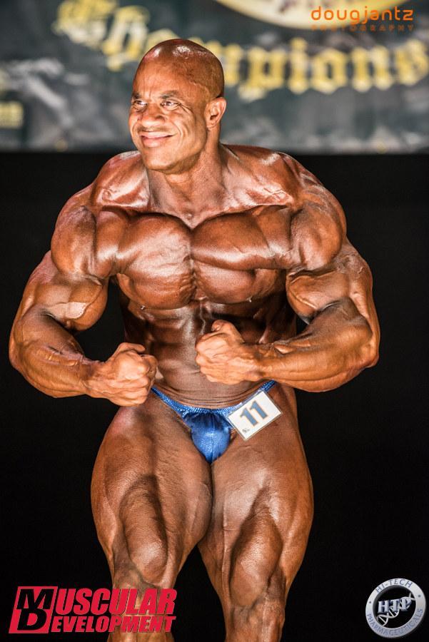 victor martinez esegue la posa di most muscular sul palco di gara