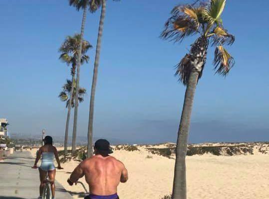 jay cutler in bicicletta a Venice in California