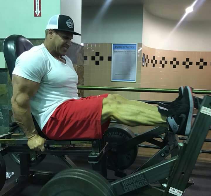 jay cutler allena le gambe con la pressa orizzontale