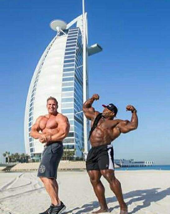 jay cutler e kai greene a dubai per una fiera del bodybuilding pose di doppi bicipiti