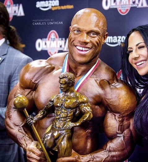 phil heath mister olympia 2017 con il trofeo il sandow