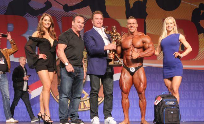 premiazione del Men's Bodybuildinig Overall Winner Mikhail Volinkin all'Arnold Classic Amateur in Ohio con Arnold Schwarzenegger Rich Gaspari