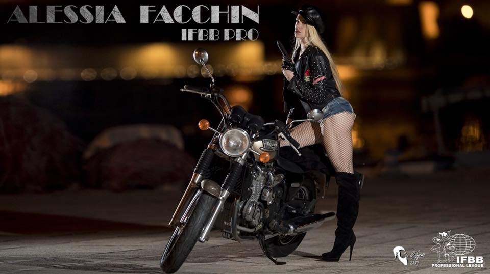 alessia facchin pro ifbb su una moto per un servizio fotografico