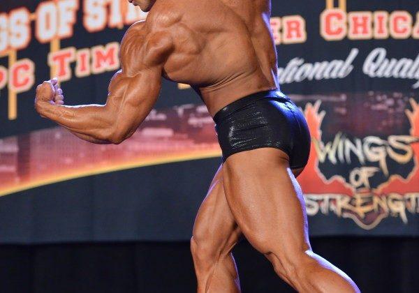 Wesley Vissers pro ifbb posa a 3/4 di schiena