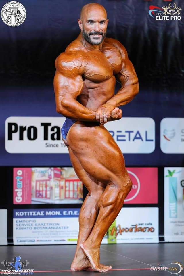 fabio petruio ifbb elite pro esegue la posa di side chest in una gara ifbb elite pro in grecia