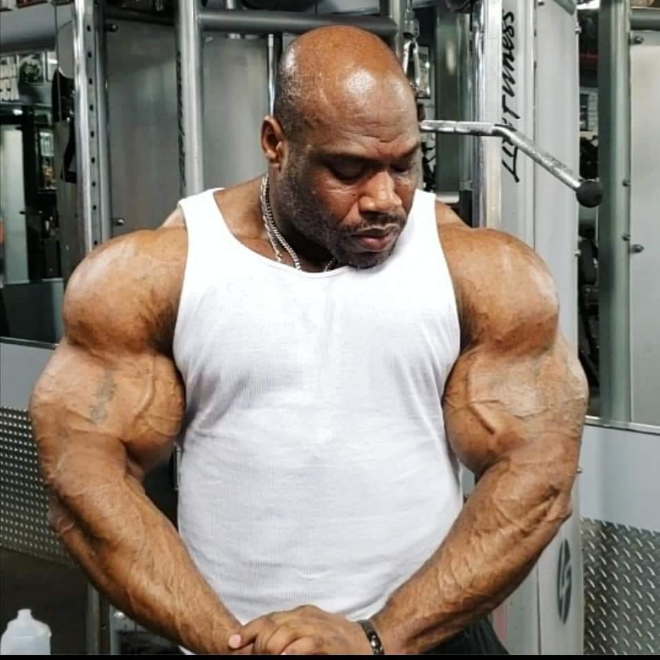 maxx charles pro ifbb esegue la posa di most muscular in palestra