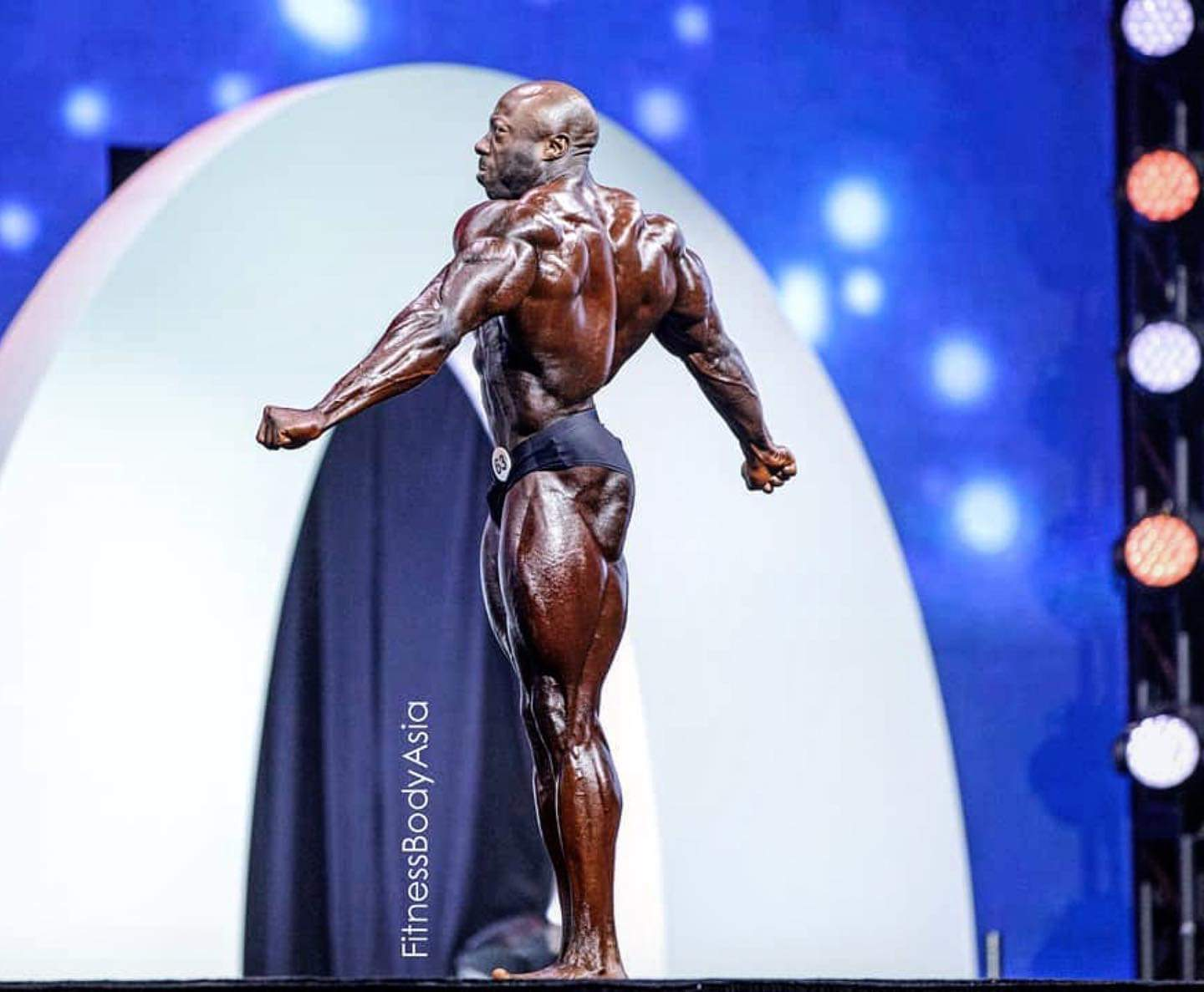 George Peterson sul palco del mister olympia nella categoria men's classic physique