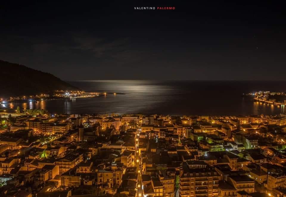 la città di sapri la baia di notte
