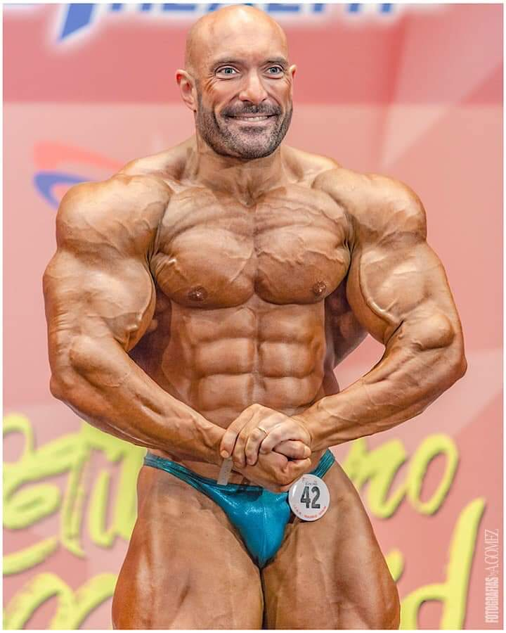fabio petruio esegue la posa di most muscular sul palco di gara di MADRID in un evento della IFBB ELITE PRO