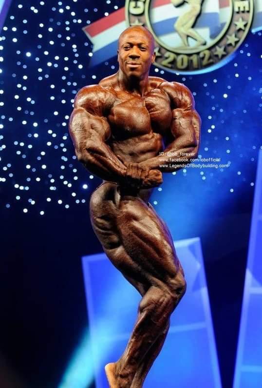 una posa di side chest per Shawn Rhoden pro ifbb sul palco dell'Arnold Classic Europe 2011