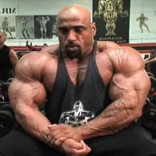 dennis james esegue la posa di most muscular a Venice in Californa presso la gold's gym