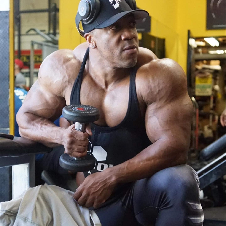 shawn rhoden si allena alla Gold's gym di Venice in california