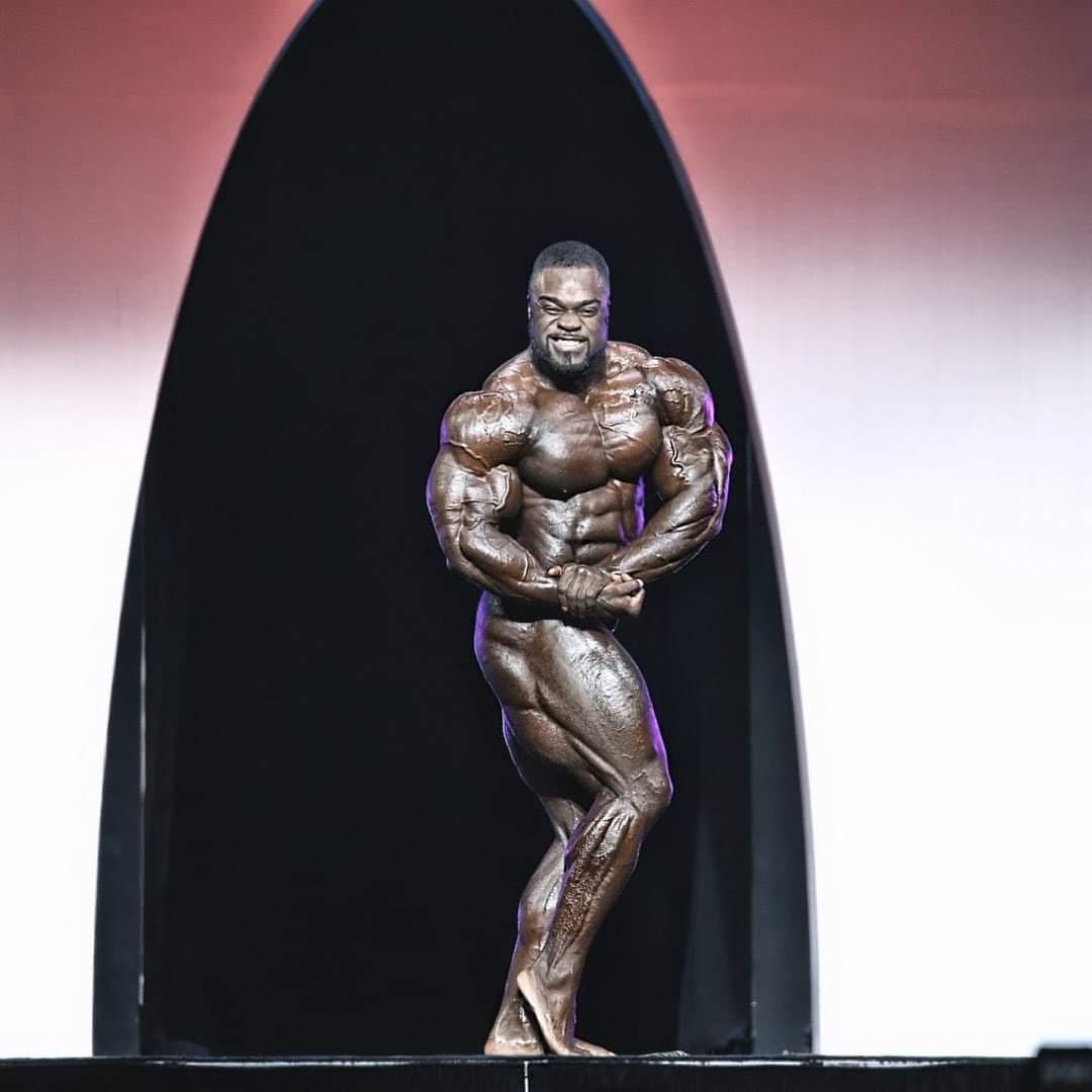 brandon curry pro ifbb mister olympia 2019 esegue la posa di side chest durante la sua posing routine