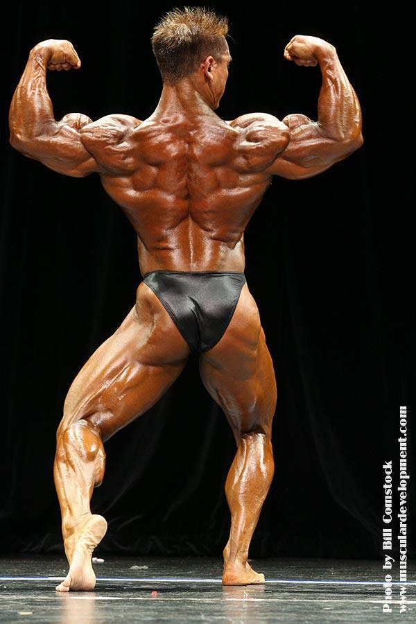 chris faildo sul palco del Team Universe Championships 2007 doppi bicipiti di schiena