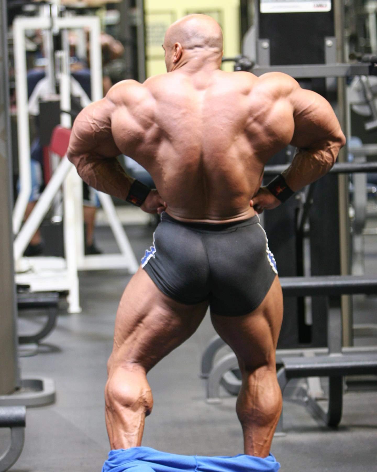 dennis james esegue la posa di apertura dorsali di schiena dopo un workout
