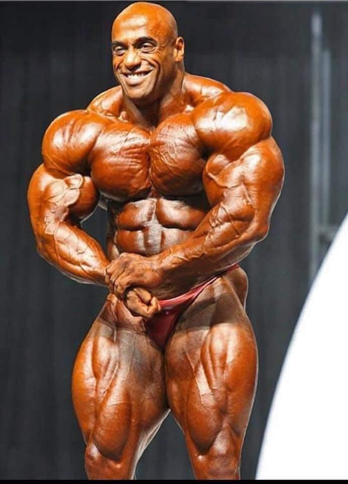 dennis james esegue la posa di most muscular sul palco del mister olympia 2006
