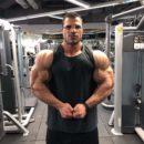 HASSAN MOSTAFA PRO IFBB esegue la posa del più muscoloso in palestra