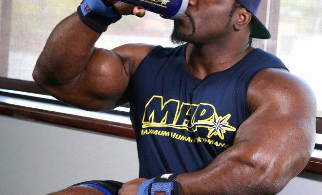 akim williams beve gli aminoacidi durante l'allenamento