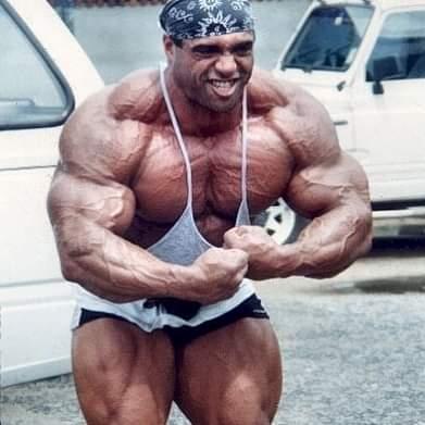 dennis james esegue la most muscular davanti alla sua palestra in tailandia