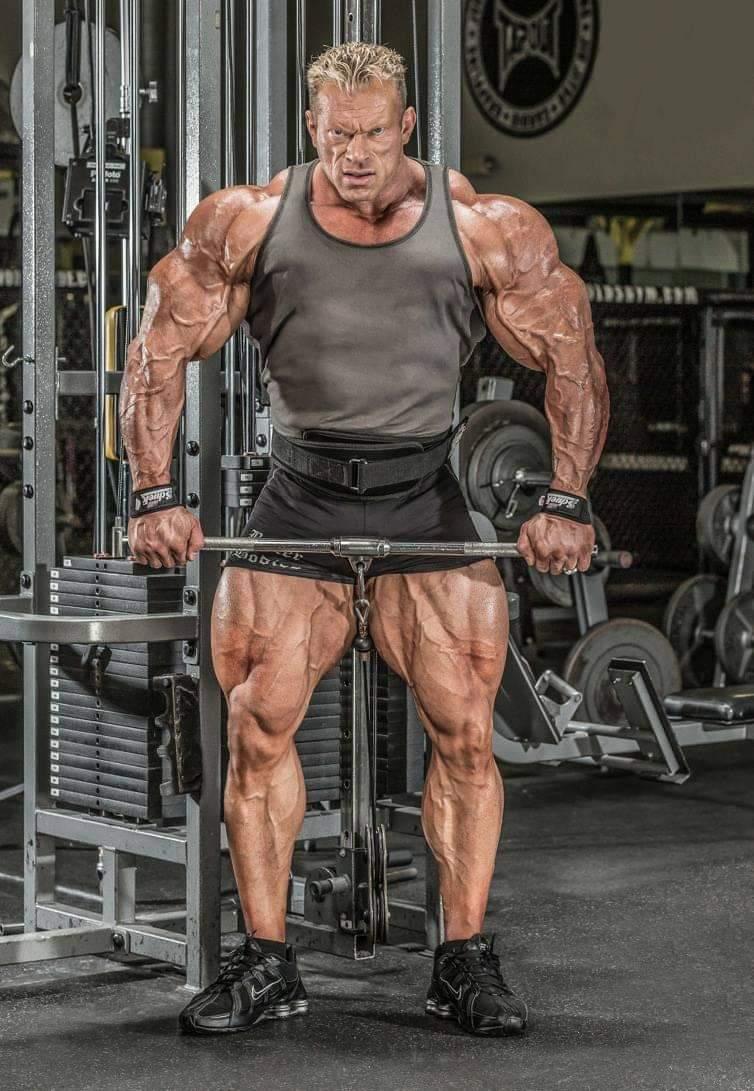 dennis wolf allena le spalle per muscular development