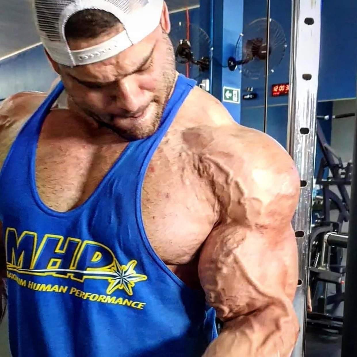alcune pose di NICOLAS VULLIUOD PRO IFBB allena i bicipiti