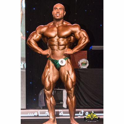 Samir Troudi pro ifbb sul palco di una gara di bodybuilding