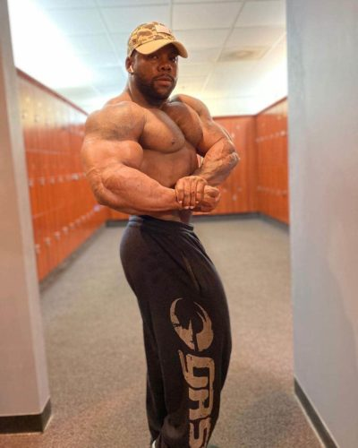 Keone Pearson pro ifbb offseason posa di side chest