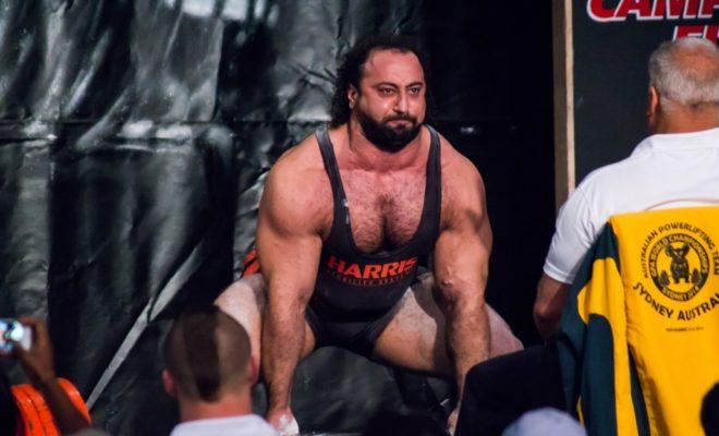 Zahir Khudayarov durante una gara di power lifting