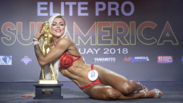 ANGELA BORGES ifbb elite pro e il suo trofeo