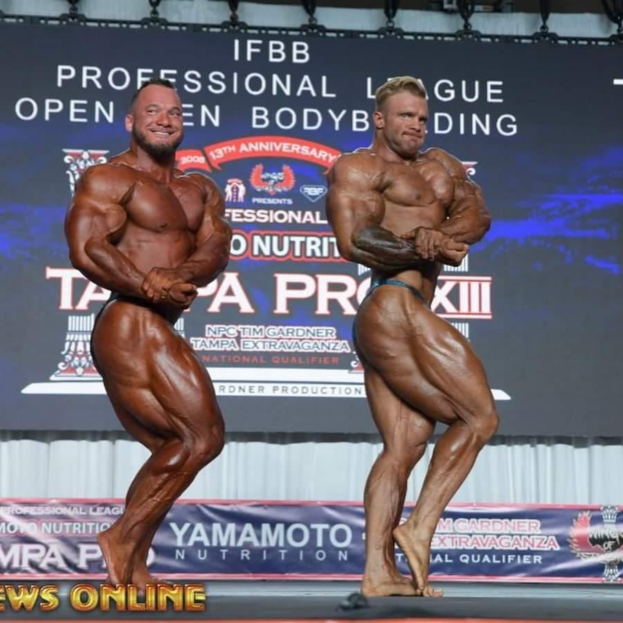 hunter labrada Vs Ian Valliere sul palco del Tampa PRO IFBB posa side chest