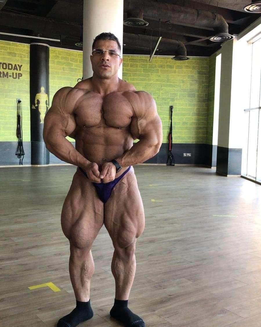 HASSAN MOSTAFA del 25 agosto 2020 esegue la posa del più muscoloso