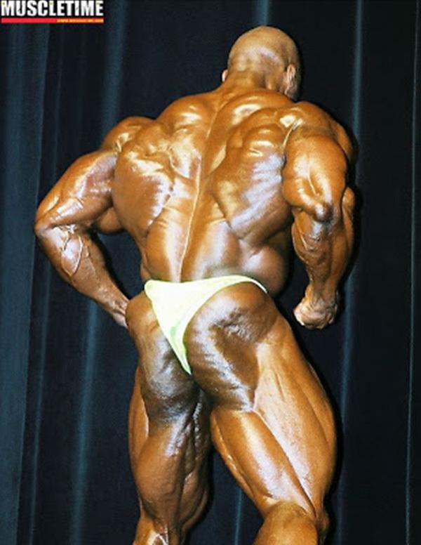 ronnie coleman posa di schiena albero di natale al pregara dell'arnold classic 2001 ohio