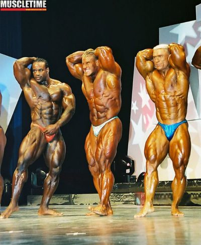 un confronto nelle finali chris cormier VS jay cutler Vs lee priest sul palco dell'arnold classic ohio 2002