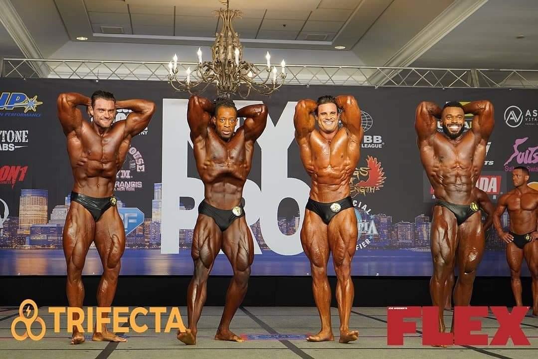 2020 new york pro ifbb confronti men's classic physique posa di addome e gambe