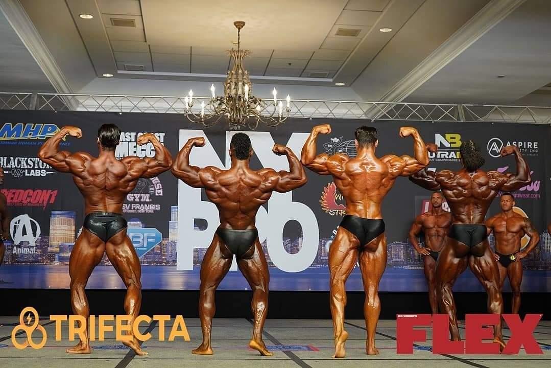 2020 new york pro ifbb confronti men's classic physique posa di schiena