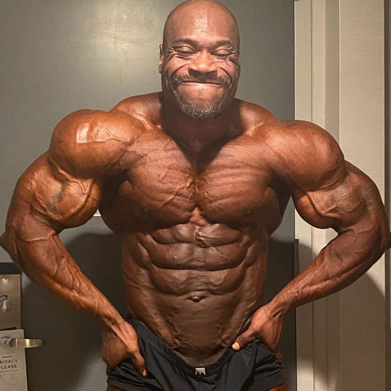 Maxx Charles pro ifbb a poche ore prima del pregara del 2020 NEW YORK PRO IFBB posa di most muscular