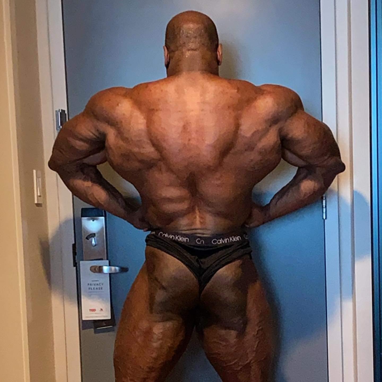 Maxx Charles pro ifbb a poche ore prima del pregara del 2020 NEW YORK PRO IFBB posa di apertura dorsali di schiena
