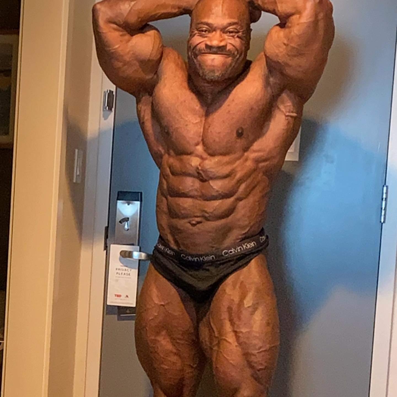 Maxx Charles pro ifbb a poche ore prima del pregara del 2020 NEW YORK PRO IFBB posa di addome e gambe