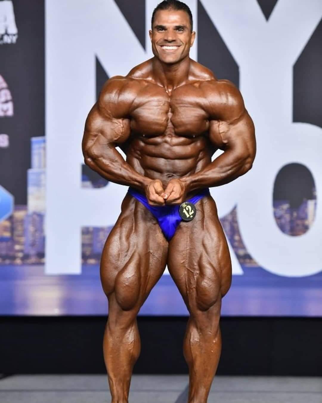 posa di most muscular di hassan mostafa sul palco del 2020 new york pro ifbb